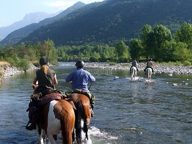 在伊胡埃斯河上骑马