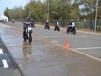 conduce sobre suelo mojado