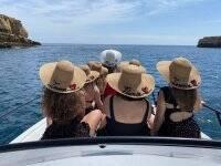 Amigas navegando en su despedida de soltera