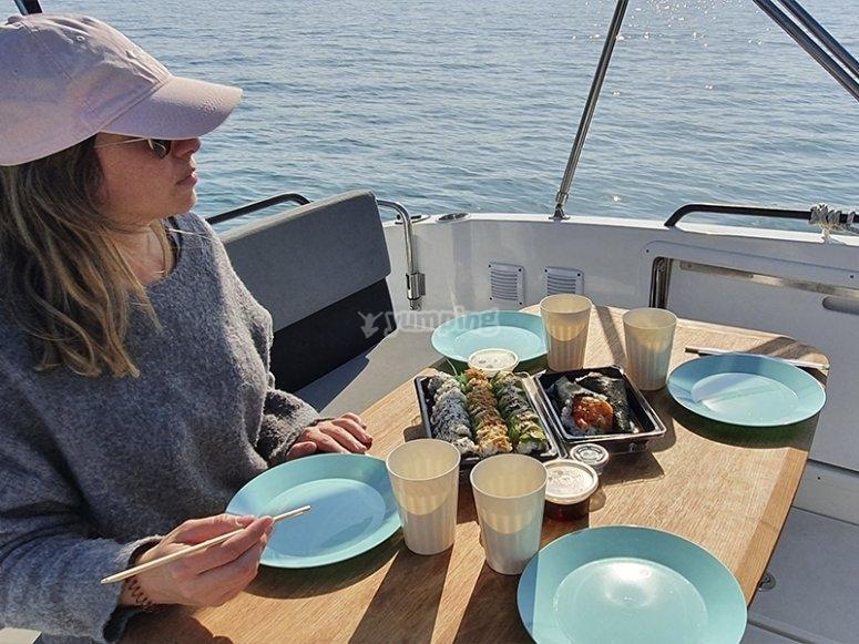 Almorzando durante el paseo en barco