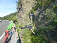 Lanzándose hacia abajo del puente