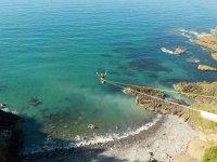 Salto en puenting frente al mar
