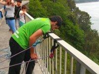 Mirando por la valla para realizar puenting