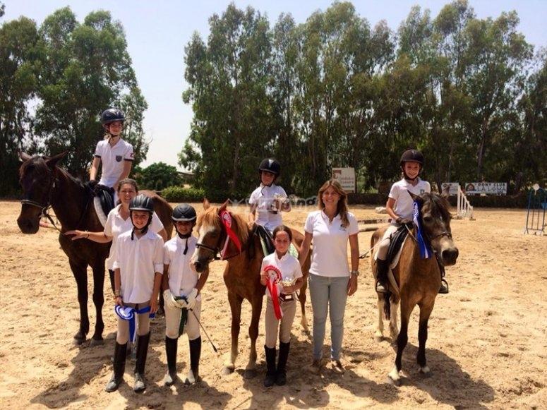 学习骑马的孩子