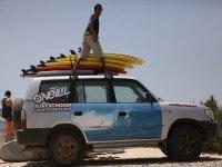 Con el material listo para ir a surfear