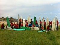Los alumnos de la escuela de surf
