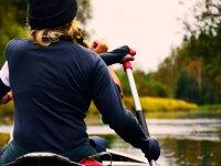 Con abiti caldi in kayak