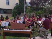 Niños dando un concierto