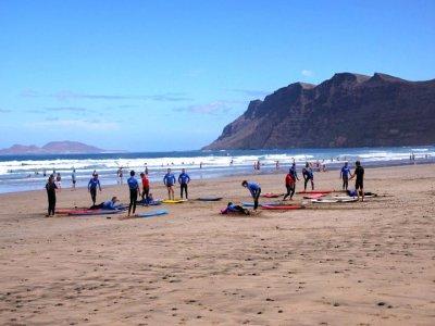 Corso di surf di 5 ore sulla spiaggia di Famara