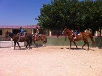 Clase de equitacion en dia soleado