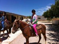 Preparada para salir de ruta a caballo