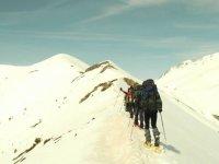 Subiendo la montaña con raquetas de nieve