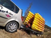 Cargando los kayaks para la aventura