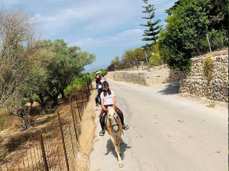 穿越La Xara的骑马附近