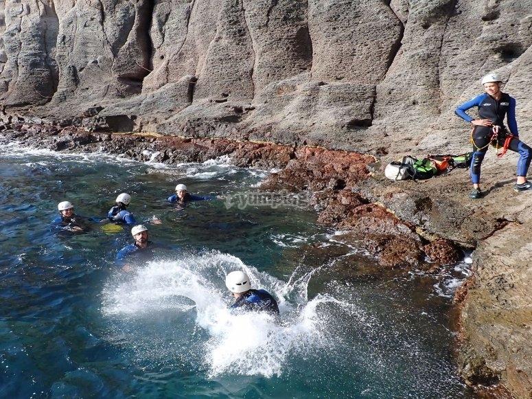 Saltando al mar desde la cala
