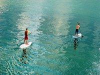 dos personas navegando en paddle surf