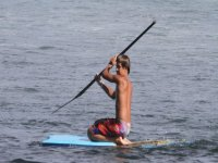 nino en una tabla de SUP