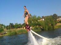 chica volando mientras practica flyboard