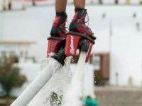 plataforma de flyboard con un chorro de agua