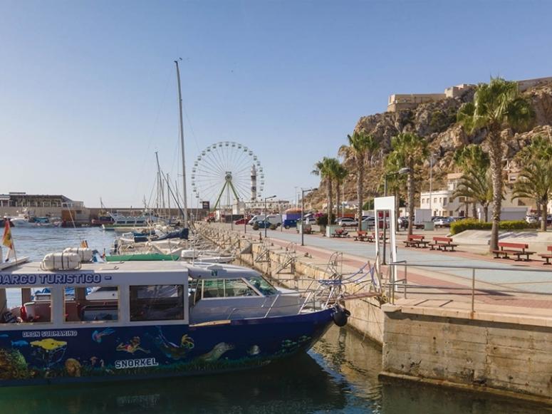 通过Cuatro Calas乘船游览