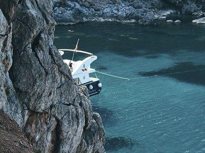 阿吉拉斯成人的乘船游览和水下无人机
