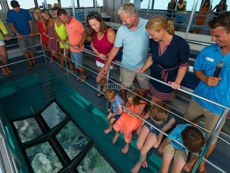 在阿吉拉斯游览玻璃底船