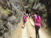grupo de personas andando por la montana