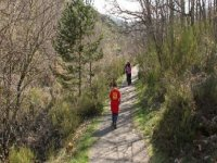 nino caminando con sus padres delante