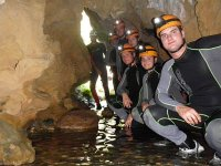 进入山洞洞内