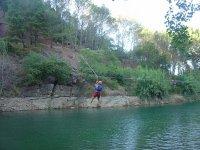 Tirolina sobre las aguas