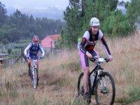 两人作出山地自行车路线