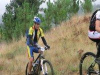 男子山地自行车的树木背景男子骑