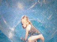 nina dentro de una waterball