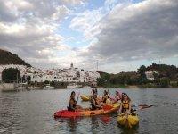 Amigas a bordo de los kayaks