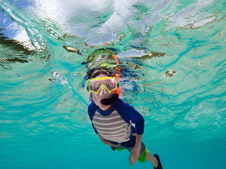 在塔巴卡岛儿童浮潜