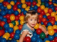 juega en la piscina de bolas