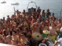 Disfrutando de la fiesta a bordo