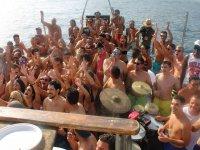 Navegando con musica y bebida