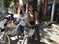 dos chicas subidas a unas bicicletas