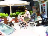 hombre disfrutando de un paseo en bicicleta