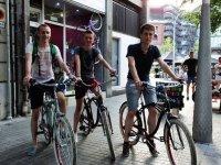 tres jovenes en bici a punto de disfrutar de un paseo por barcelona