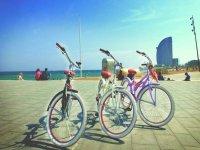 varias bicicletas en el puerto de barcelona