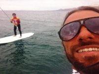 cara de un monitor y un nino navegando en paddle surf