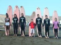 grupo de surfistas con sus tablas de surf.jpg