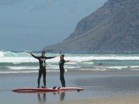 dos surfistas en la orilla con la montana de fondo.jpg