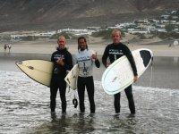 tres surfistas en la orilla.jpg