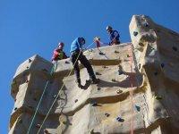 Escalando rocódromo