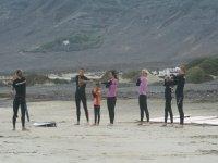 calentando para comenzar a surfear en lanzarote