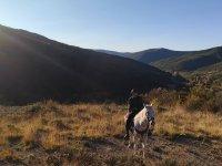在比利牛斯山脉中骑马