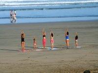 estirando los musculos en la arena